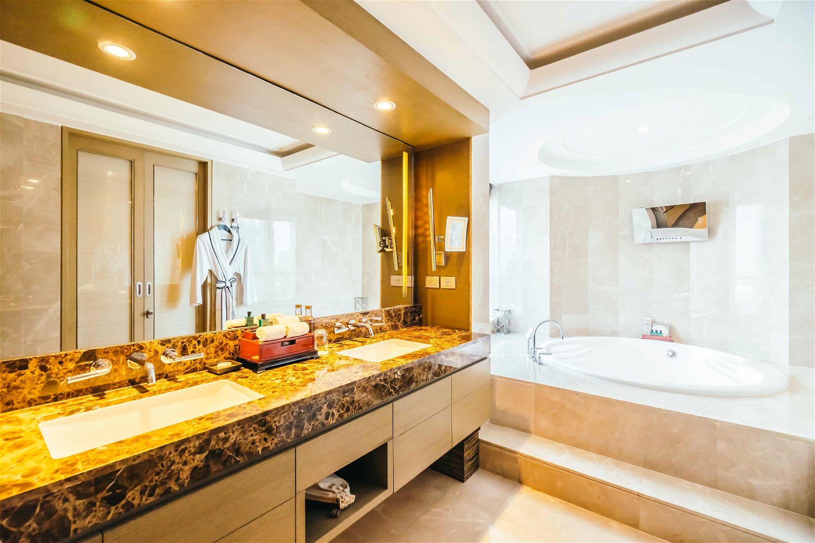 Modern Bathroom With Big Mirror
